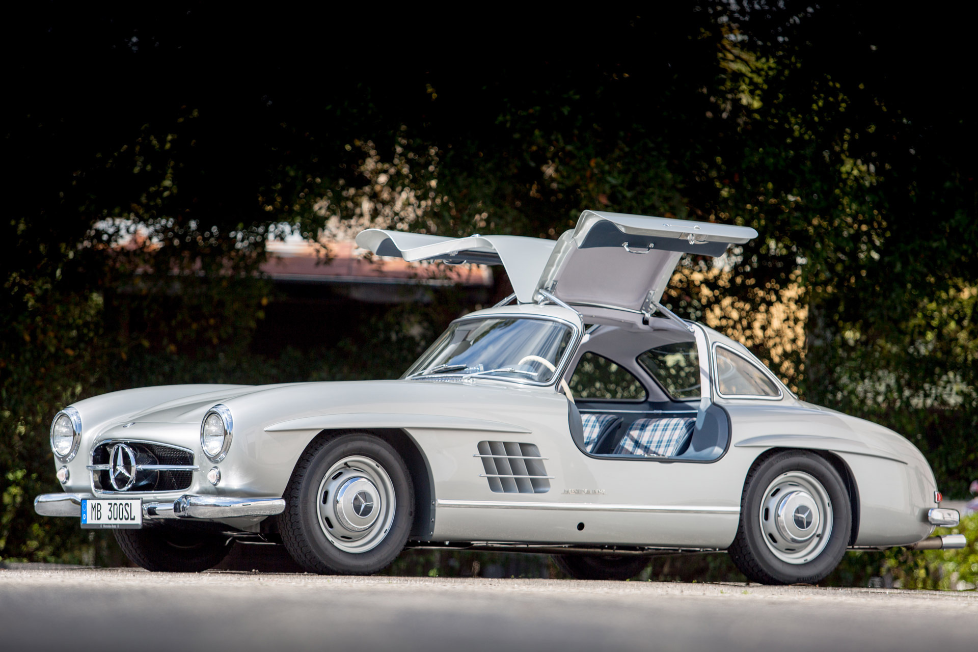 this briggs cunningham owned mercedes 300sl was the first of the gullwings video. Black Bedroom Furniture Sets. Home Design Ideas