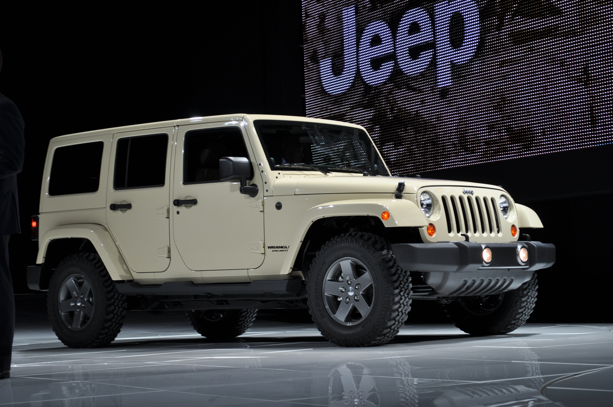 2011 jeep wrangler mojave 2011 new york auto show live photos. Black Bedroom Furniture Sets. Home Design Ideas