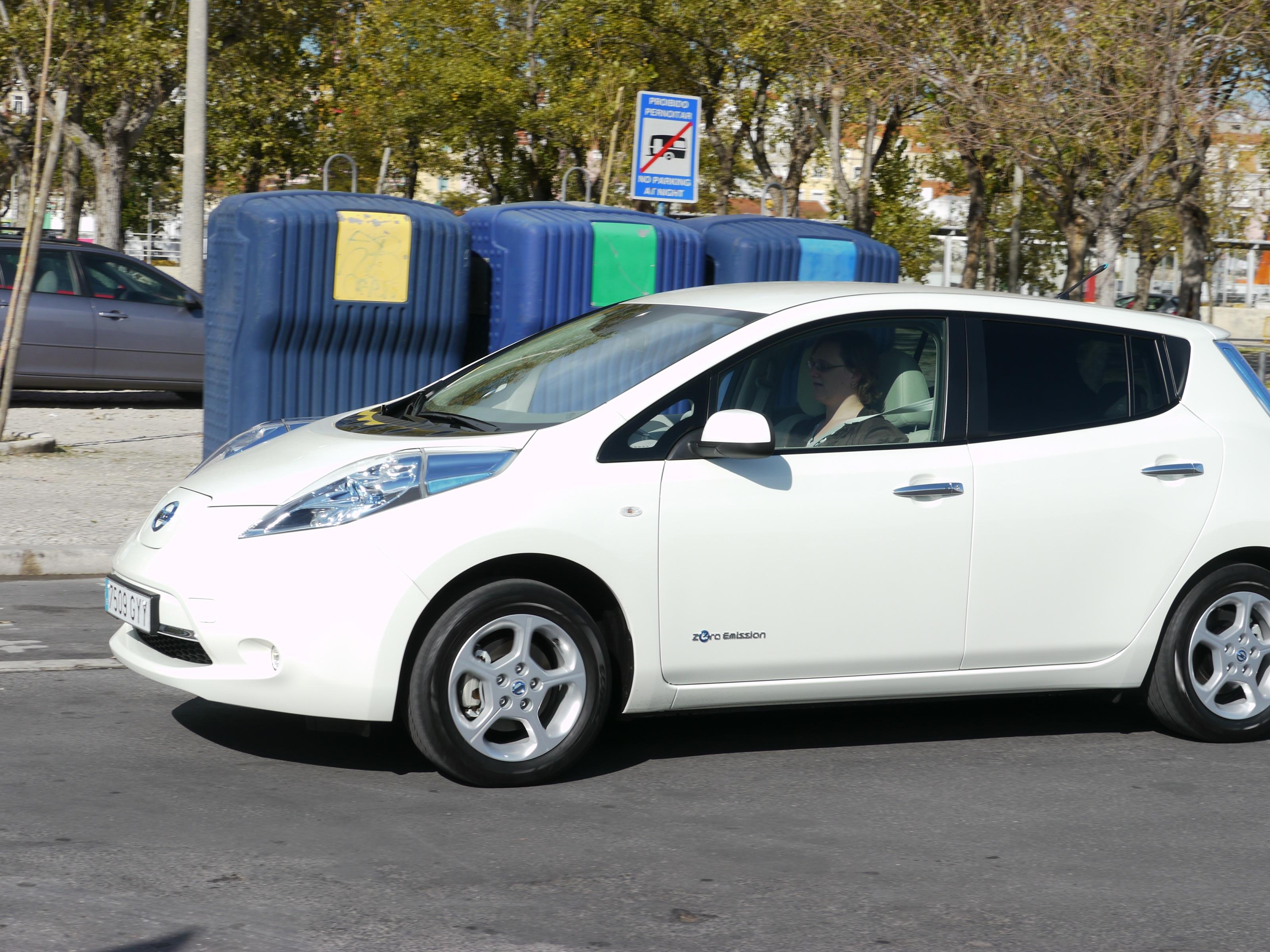 does the 2011 nissan leaf deliver its 100 miles of all electric range. Black Bedroom Furniture Sets. Home Design Ideas