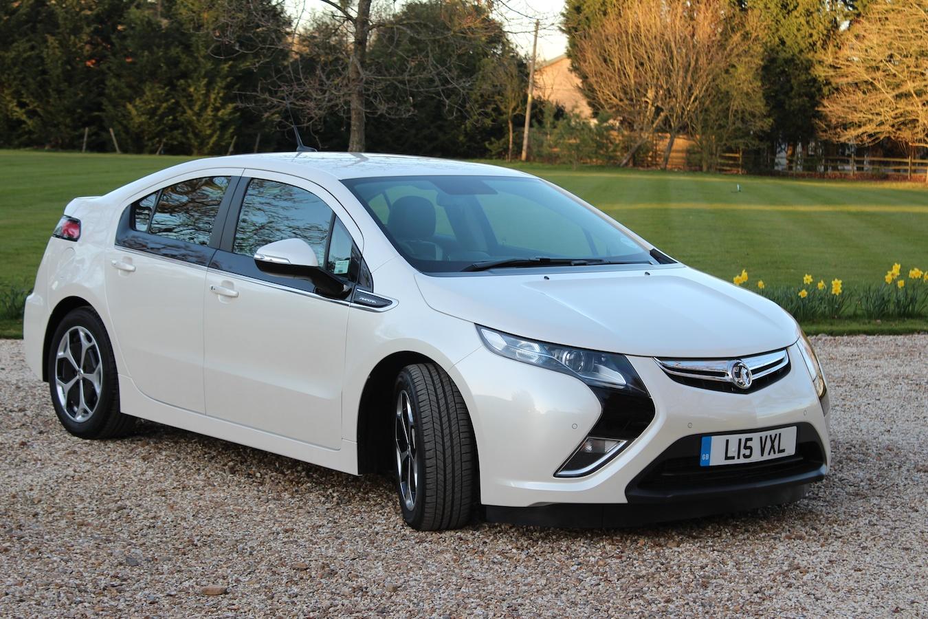 uk teen takes driving testand passesin electric car