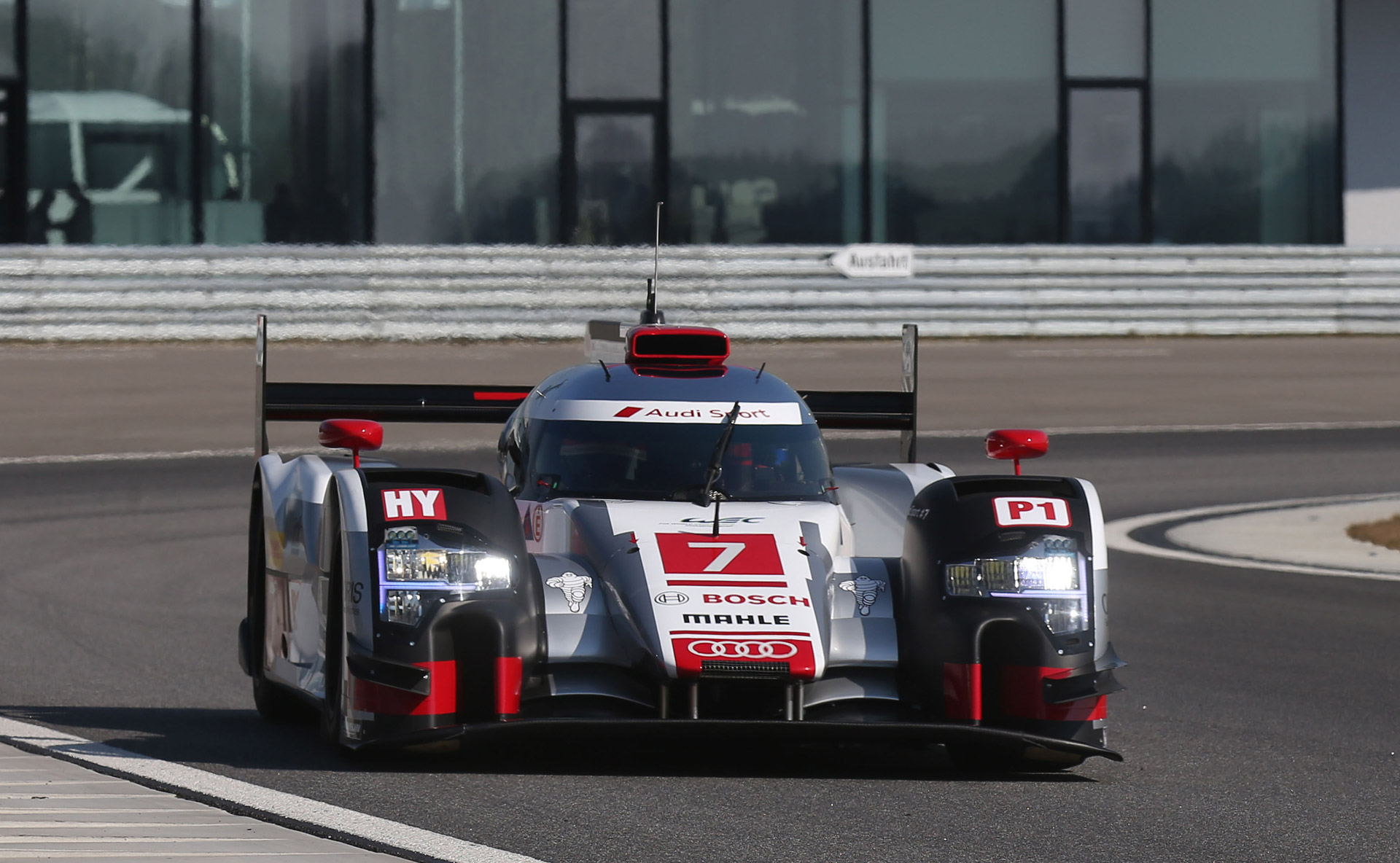 first look at 2015 audi r18 e tron quattro le mans prototype. Black Bedroom Furniture Sets. Home Design Ideas