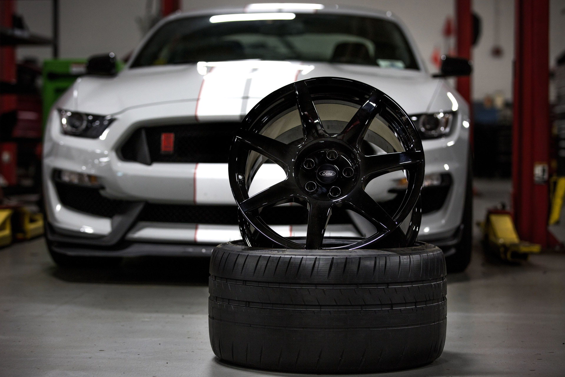 Close look at the Ford Mustang Shelby GT350R's carbon fiber wheels
