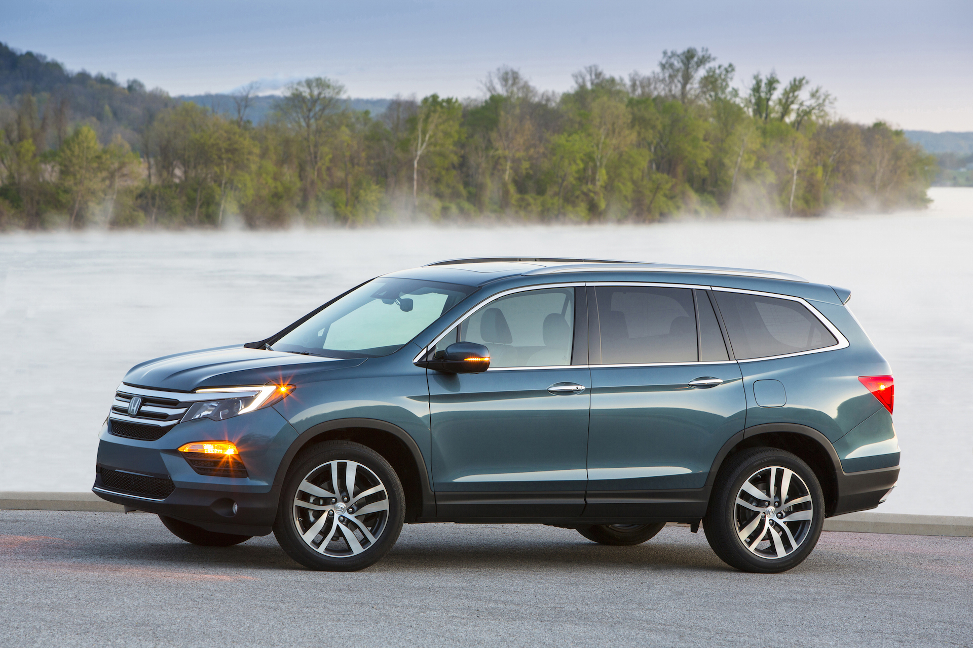 Hyundai santa fe vs honda pilot compare cars for Honda pilot images