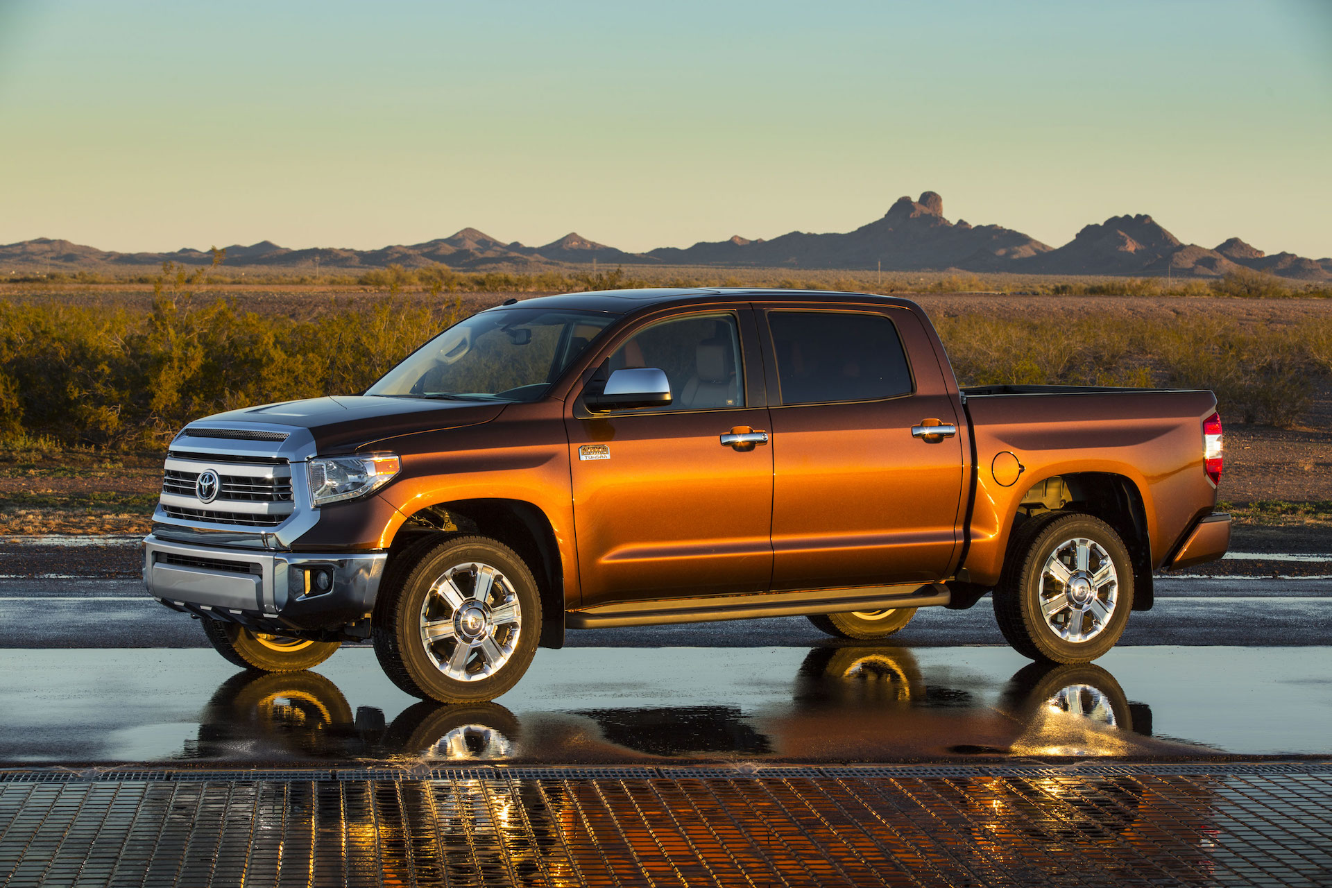 2016 toyota tundra features review the car connection. Black Bedroom Furniture Sets. Home Design Ideas