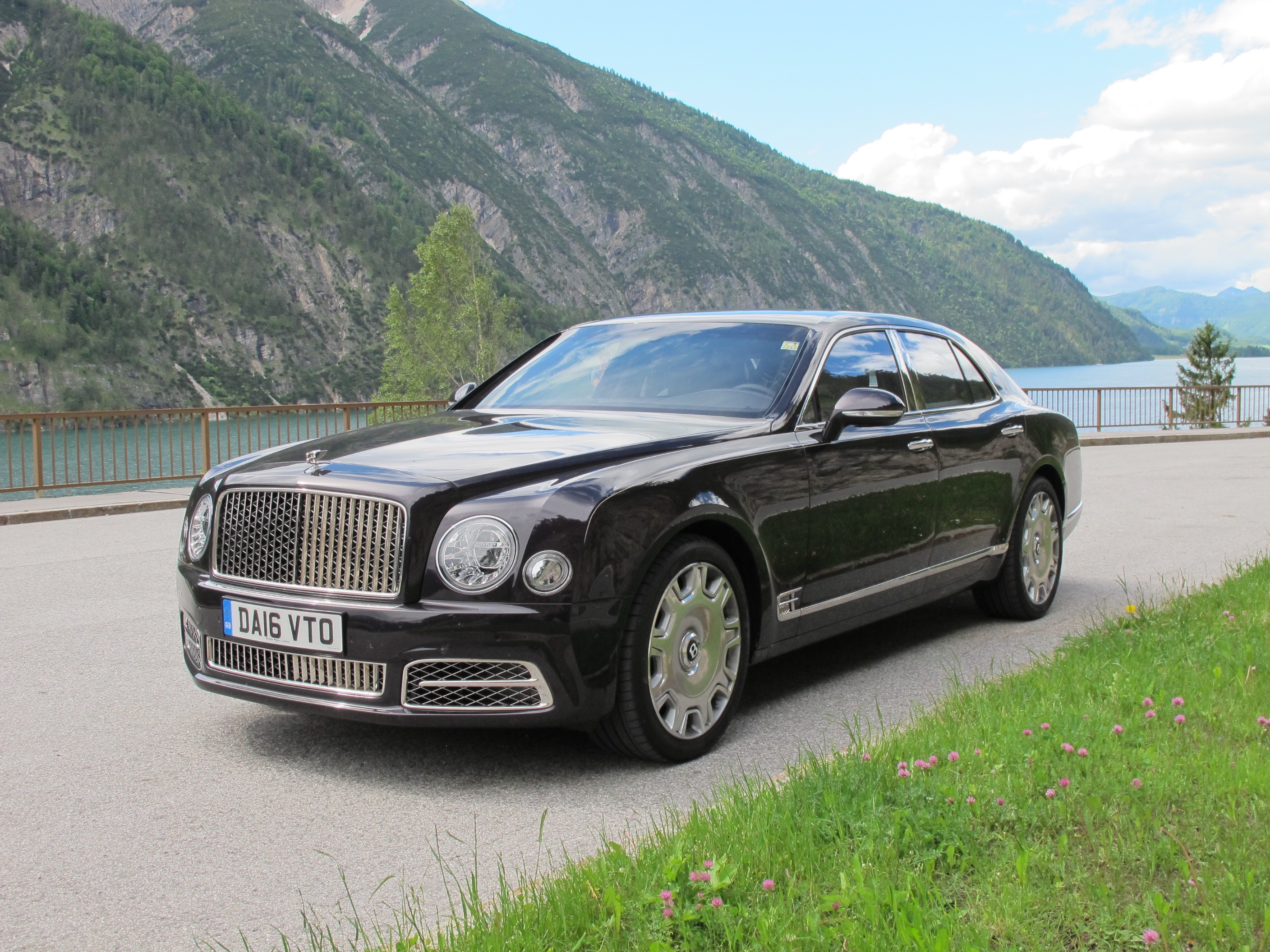 new and used bentley mulsanne prices photos reviews specs the car connection. Black Bedroom Furniture Sets. Home Design Ideas