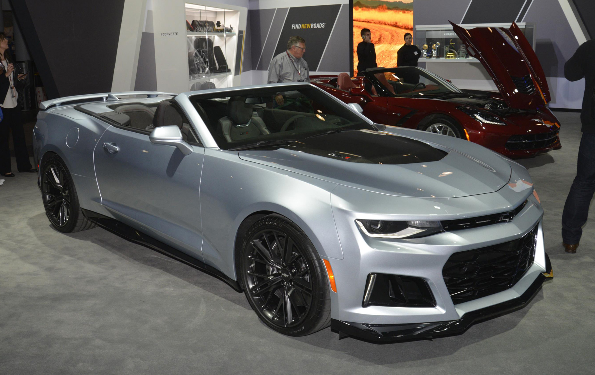 2017 chevrolet camaro zl1 convertible debuts in new york live photos and video. Black Bedroom Furniture Sets. Home Design Ideas