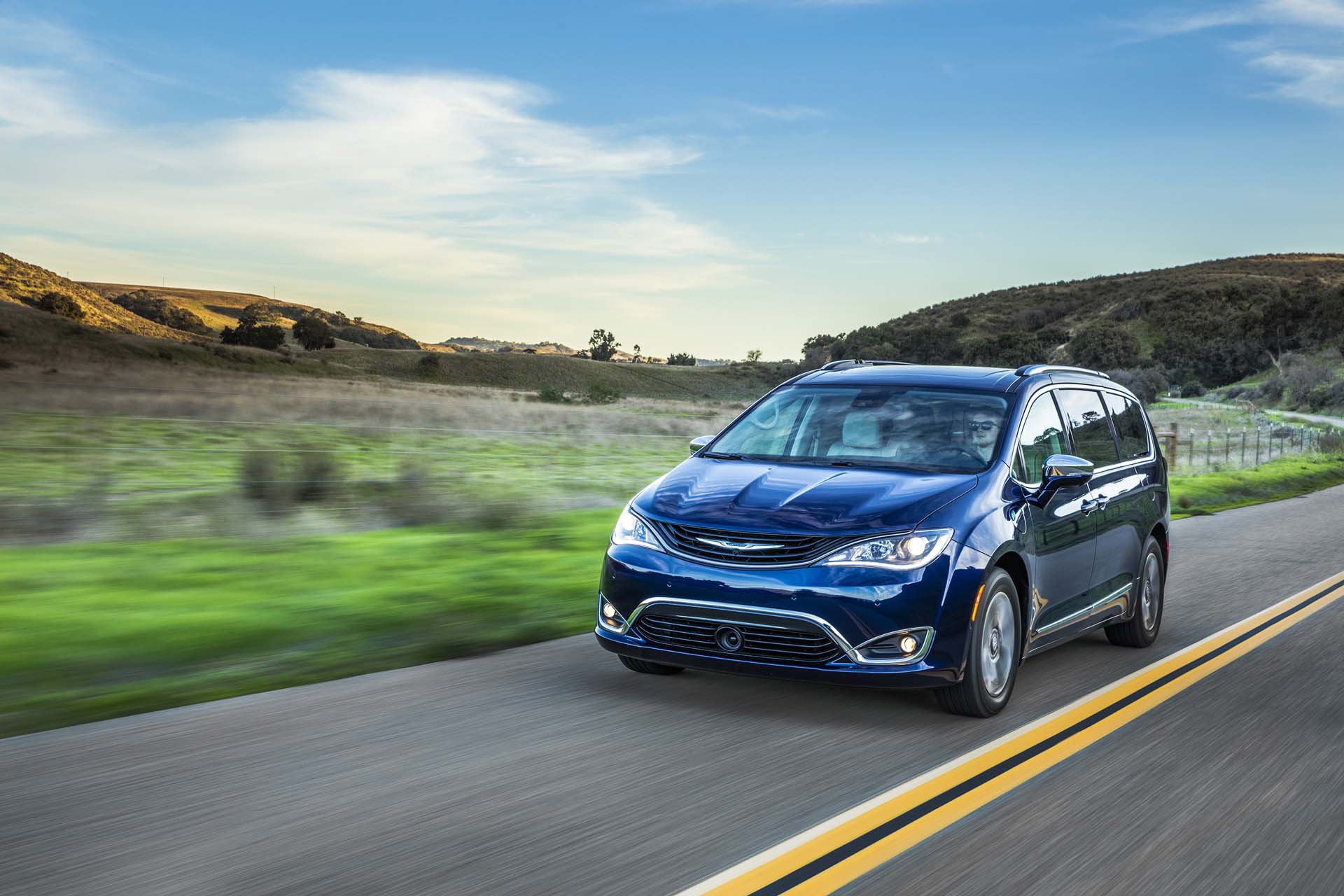 2017 chrysler pacifica hybrid review ratings specs prices and photos the car connection. Black Bedroom Furniture Sets. Home Design Ideas