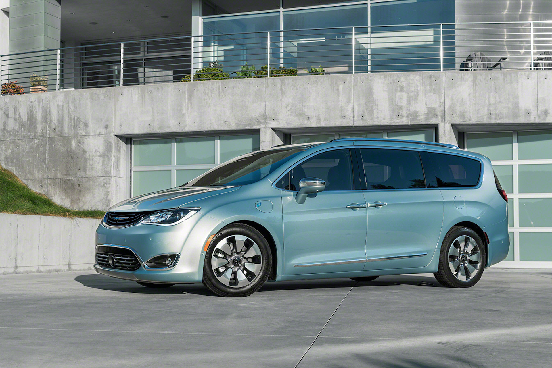 2017 chrysler pacifica hybrid more details on 30 mile plug in. Black Bedroom Furniture Sets. Home Design Ideas