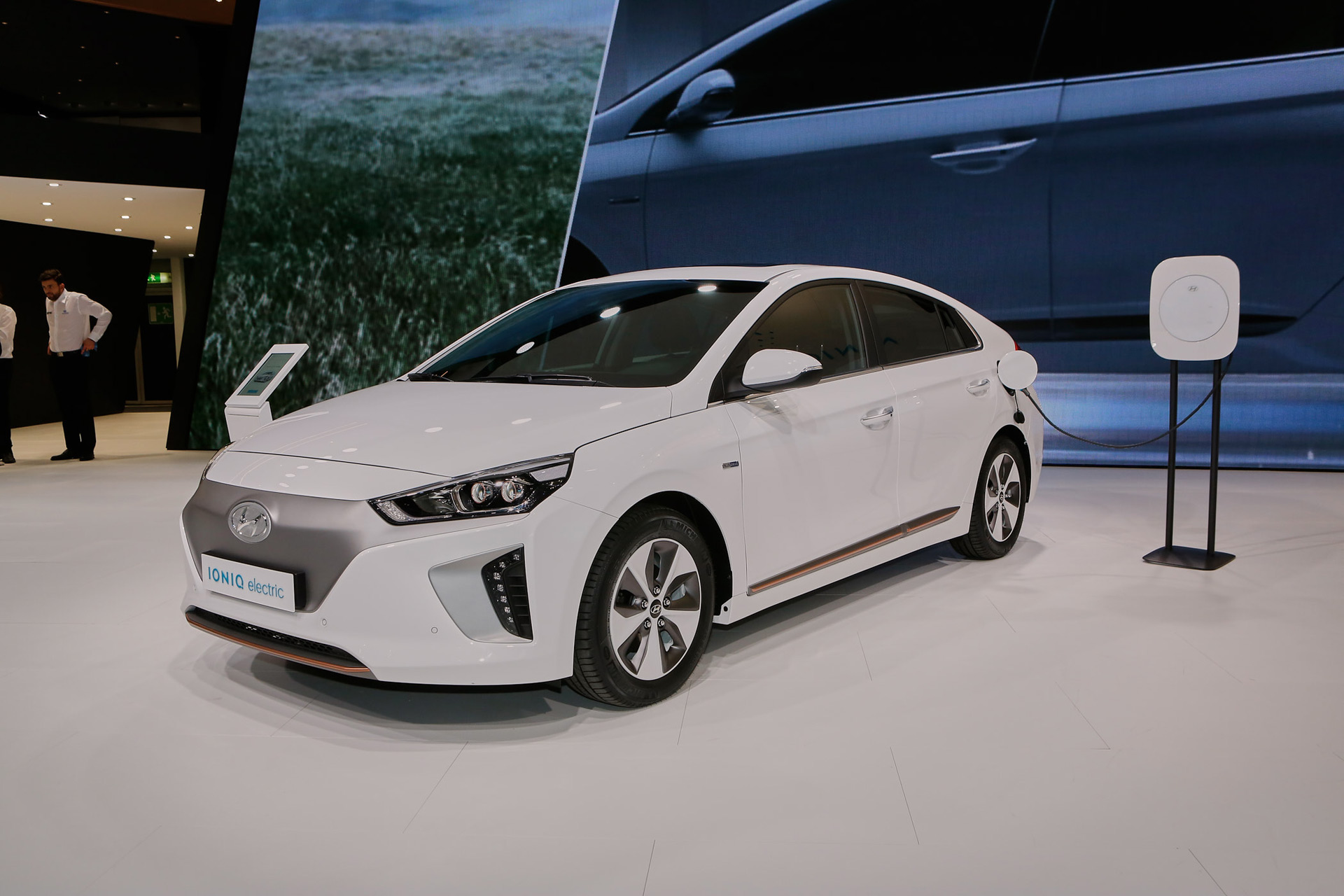 2017 hyundai ioniq electric to offer 110 miles of range. Black Bedroom Furniture Sets. Home Design Ideas