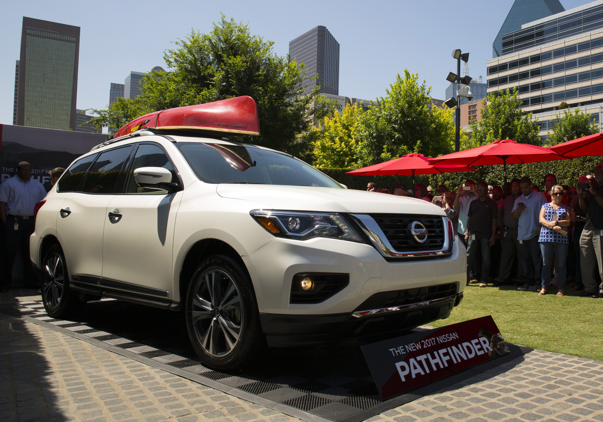 2017 nissan pathfinder debuts with new look more power. Black Bedroom Furniture Sets. Home Design Ideas