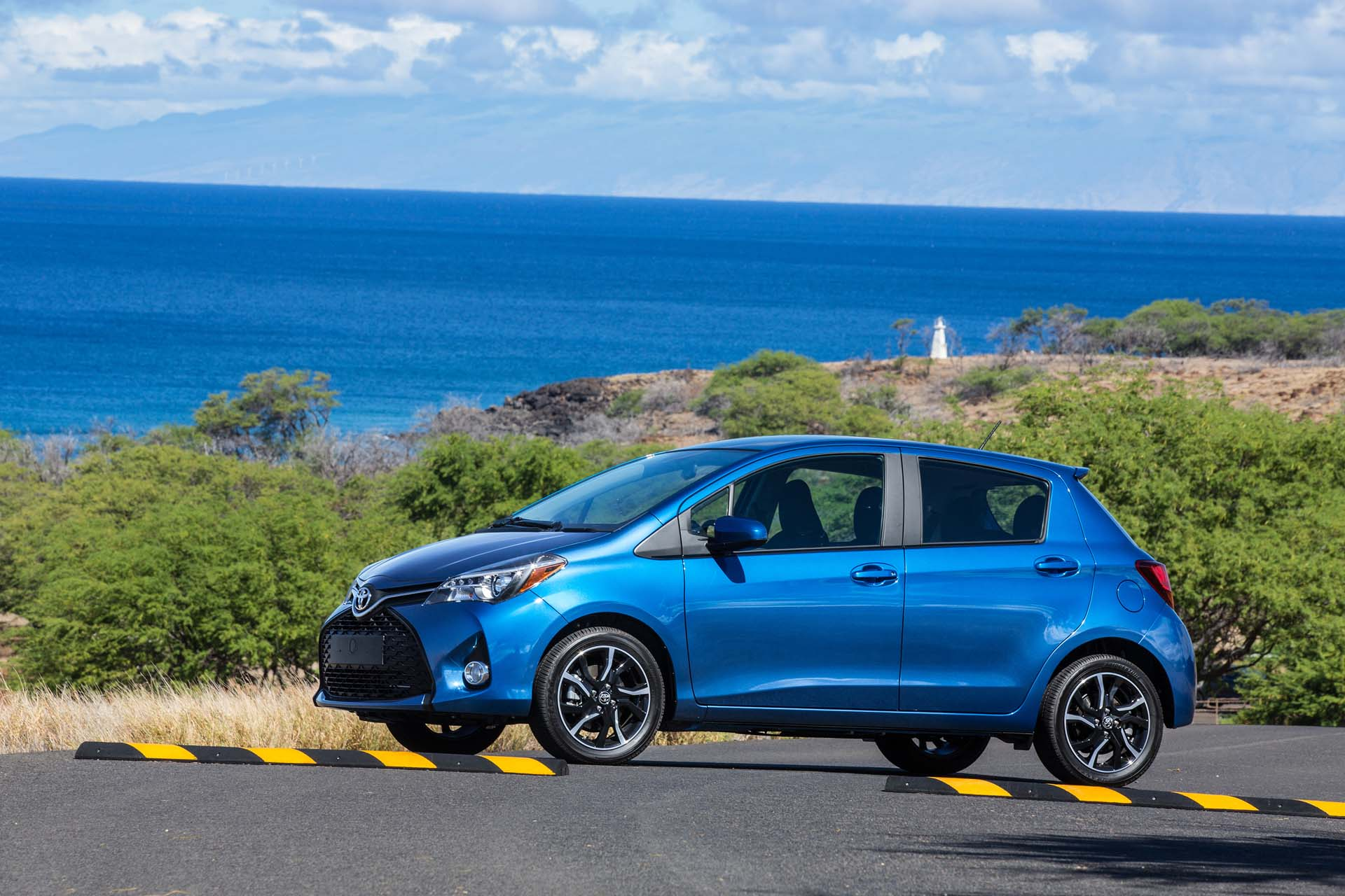 Yaris 2017 Review >> 2017 Toyota Yaris Features Review - The Car Connection