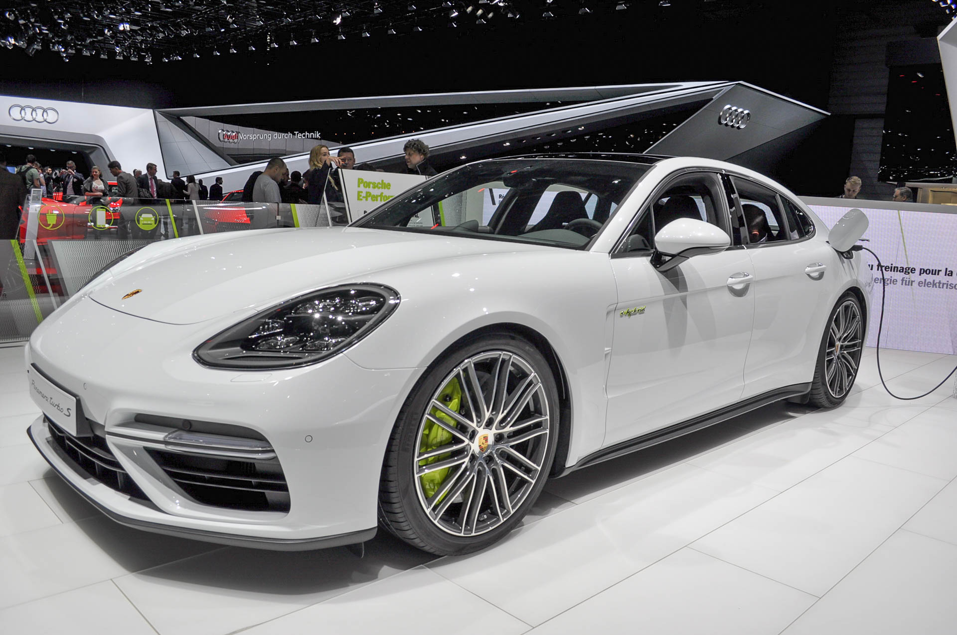porsche panamera turbo s e hybrid revealed with 680 horsepower. Black Bedroom Furniture Sets. Home Design Ideas