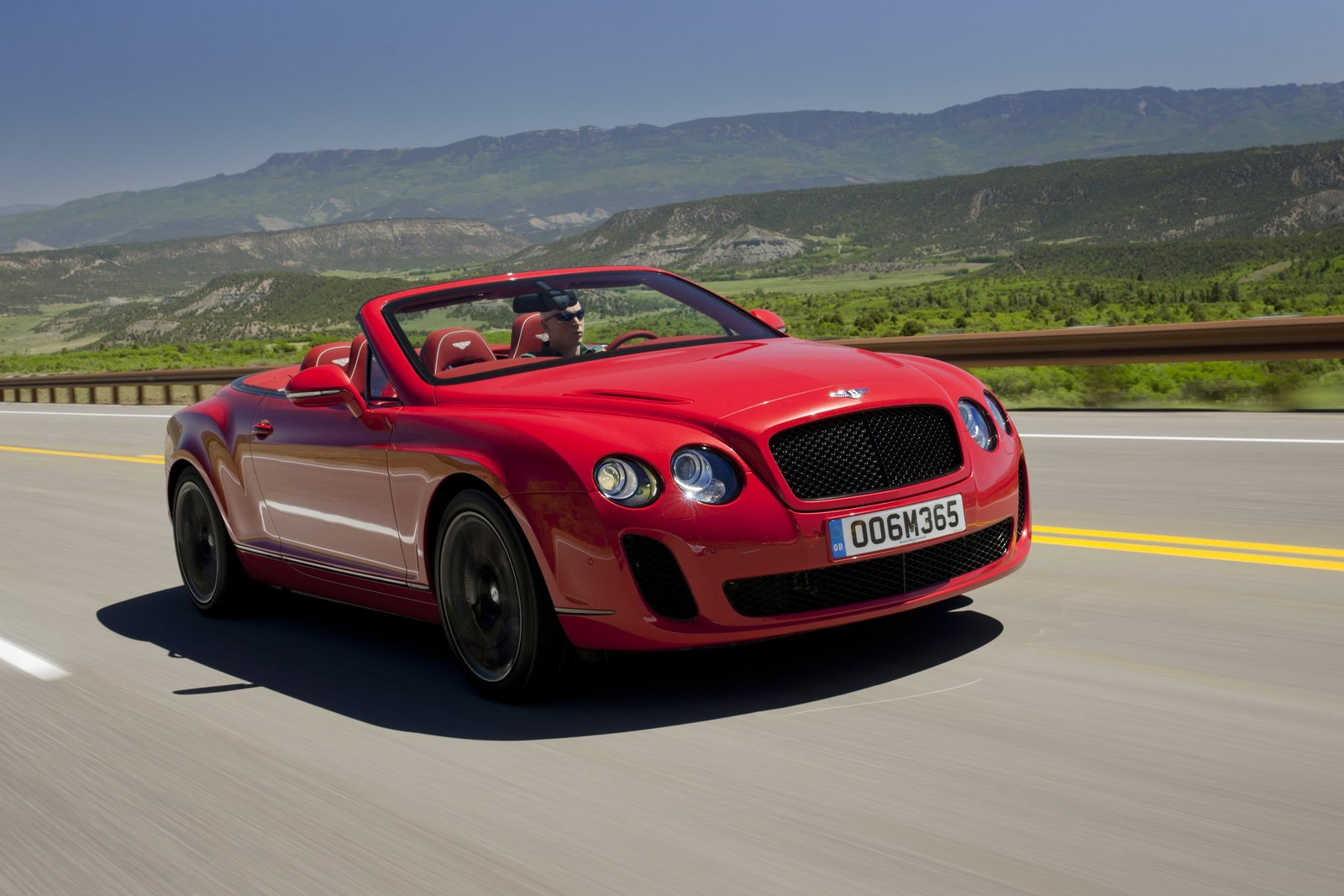 video bentley continental supersports convertible hits the road. Black Bedroom Furniture Sets. Home Design Ideas
