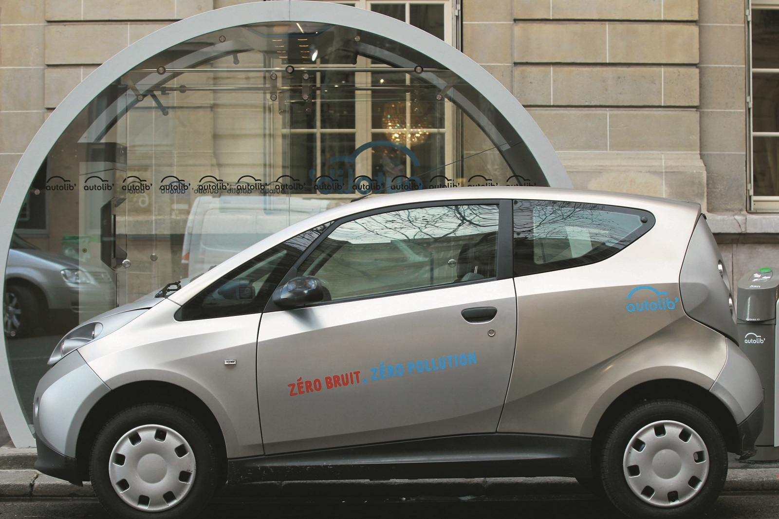 Autolib Electric Car Sharing Service Expands Into London