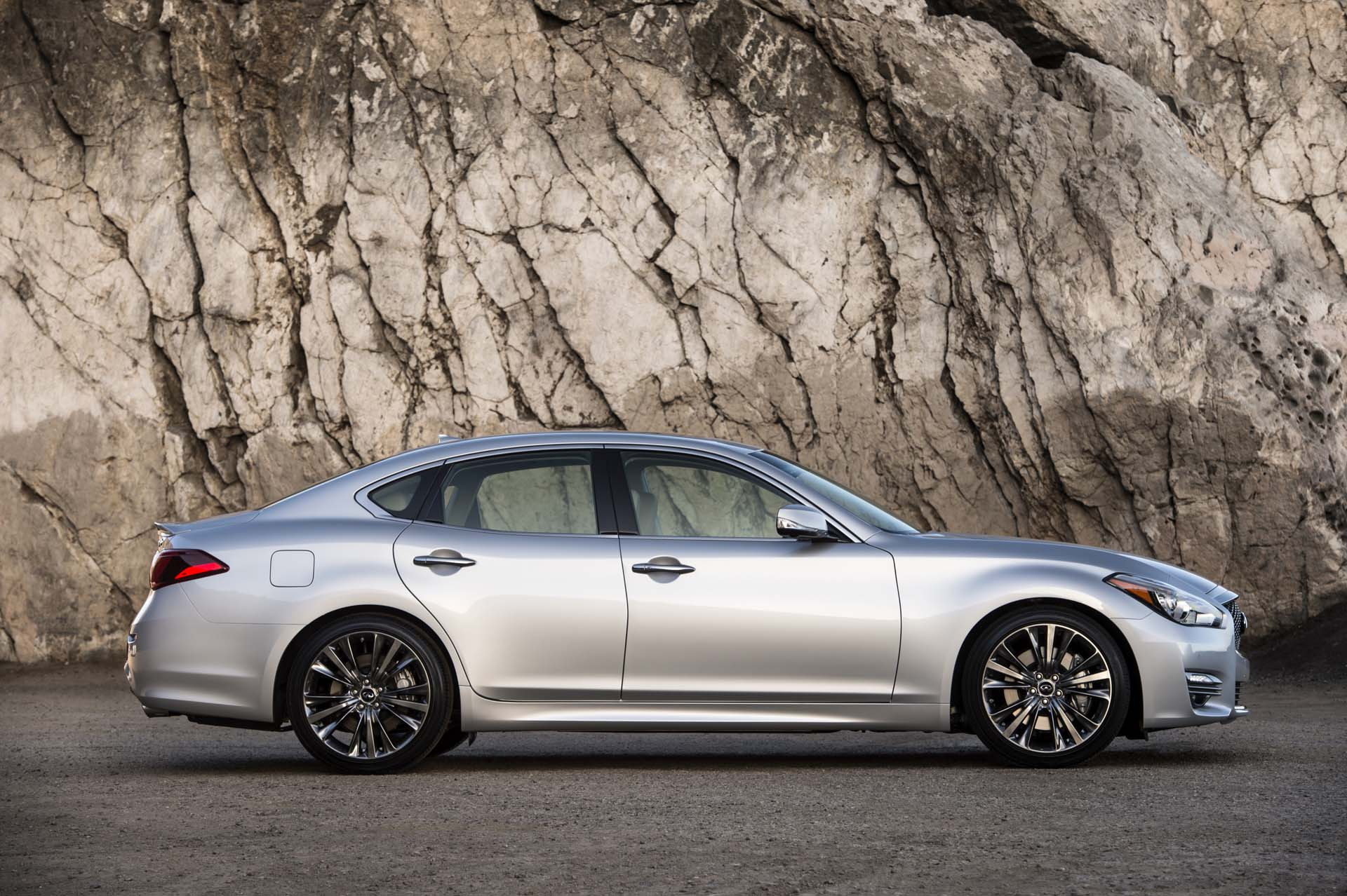 2017 infiniti q70 features review the car connection. Black Bedroom Furniture Sets. Home Design Ideas