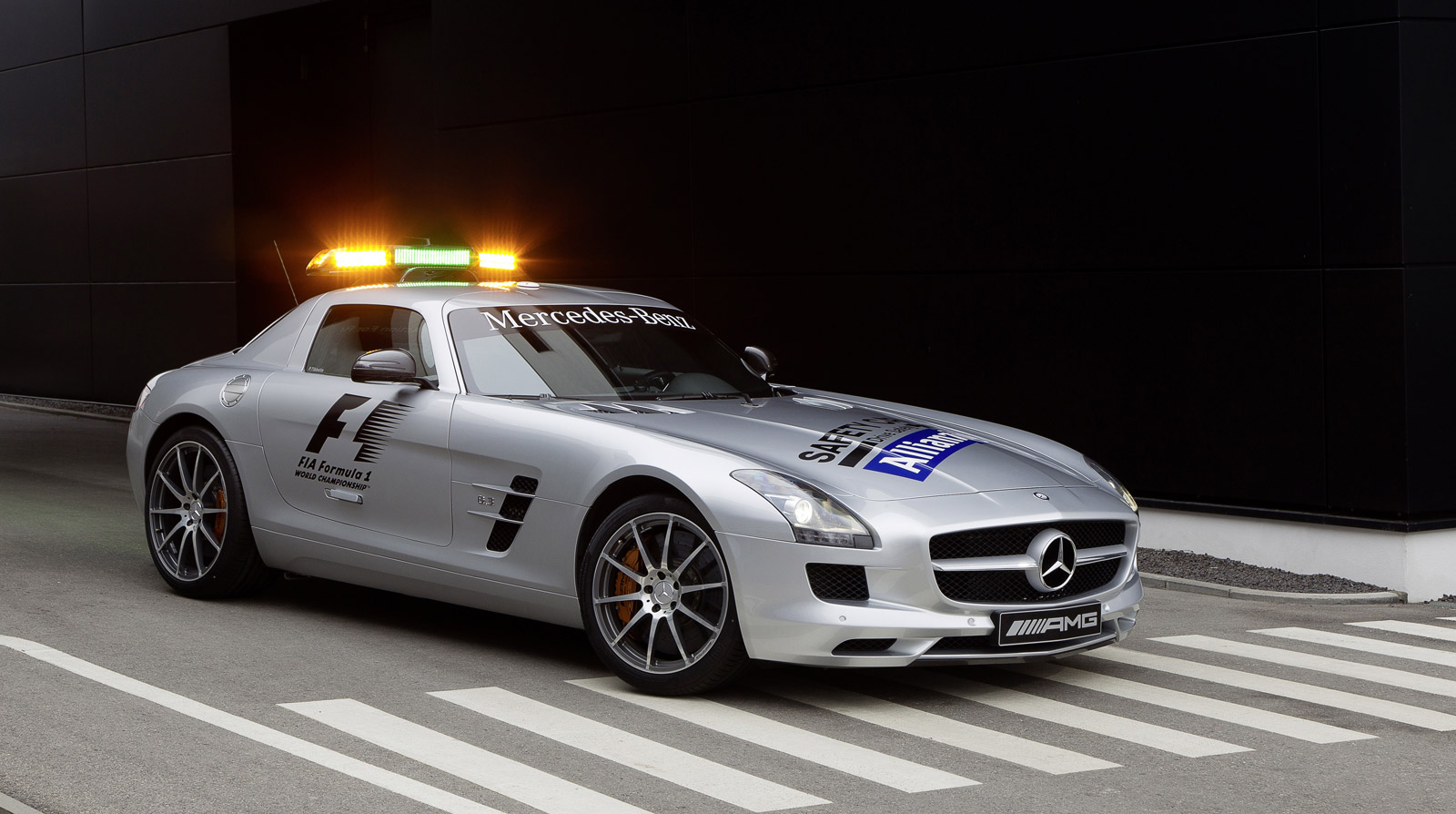 mercedes benz sls amg and c63 amg back on f1 safety duty. Black Bedroom Furniture Sets. Home Design Ideas