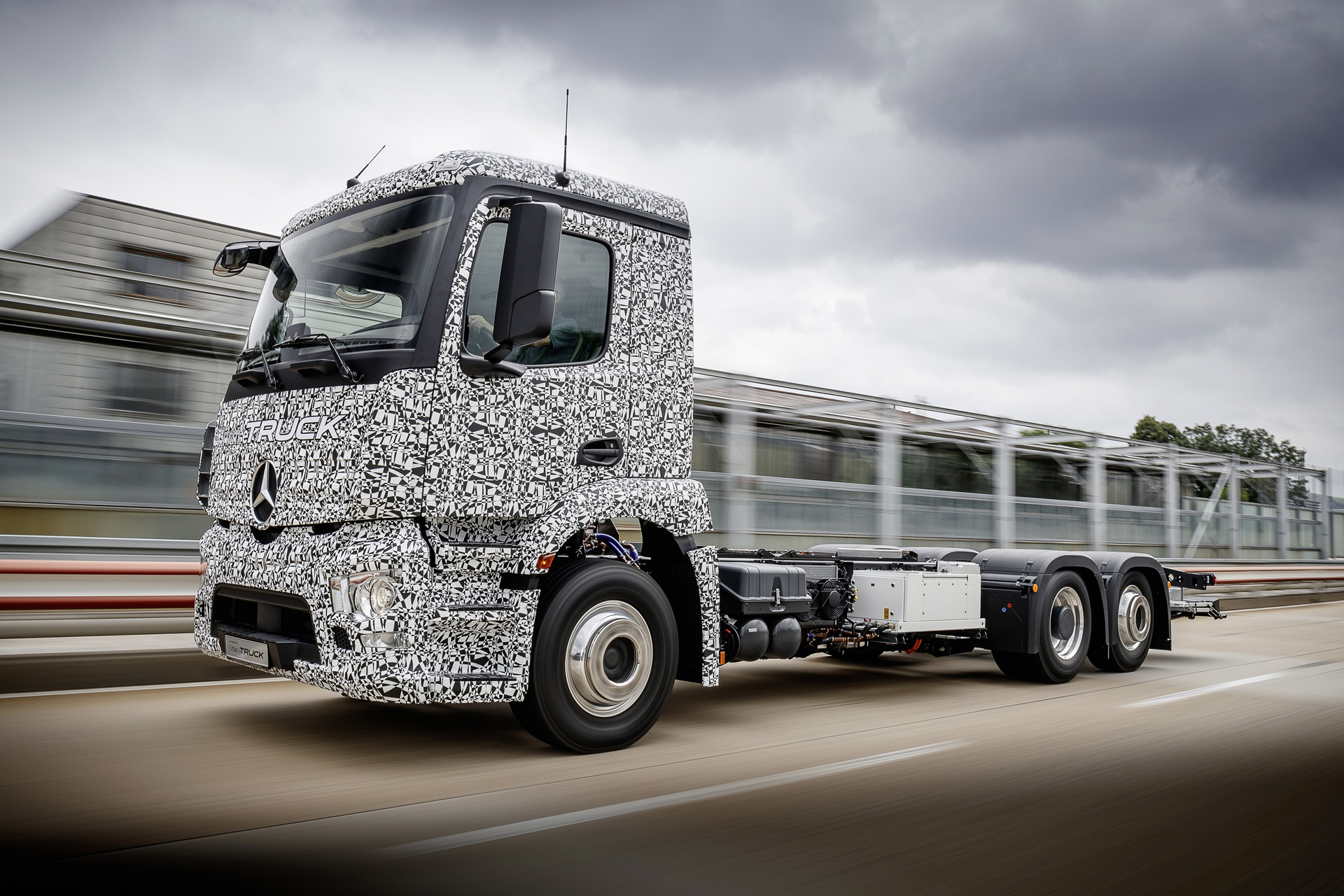Mercedes beats tesla to electric truck for Mercedes benz semi trucks