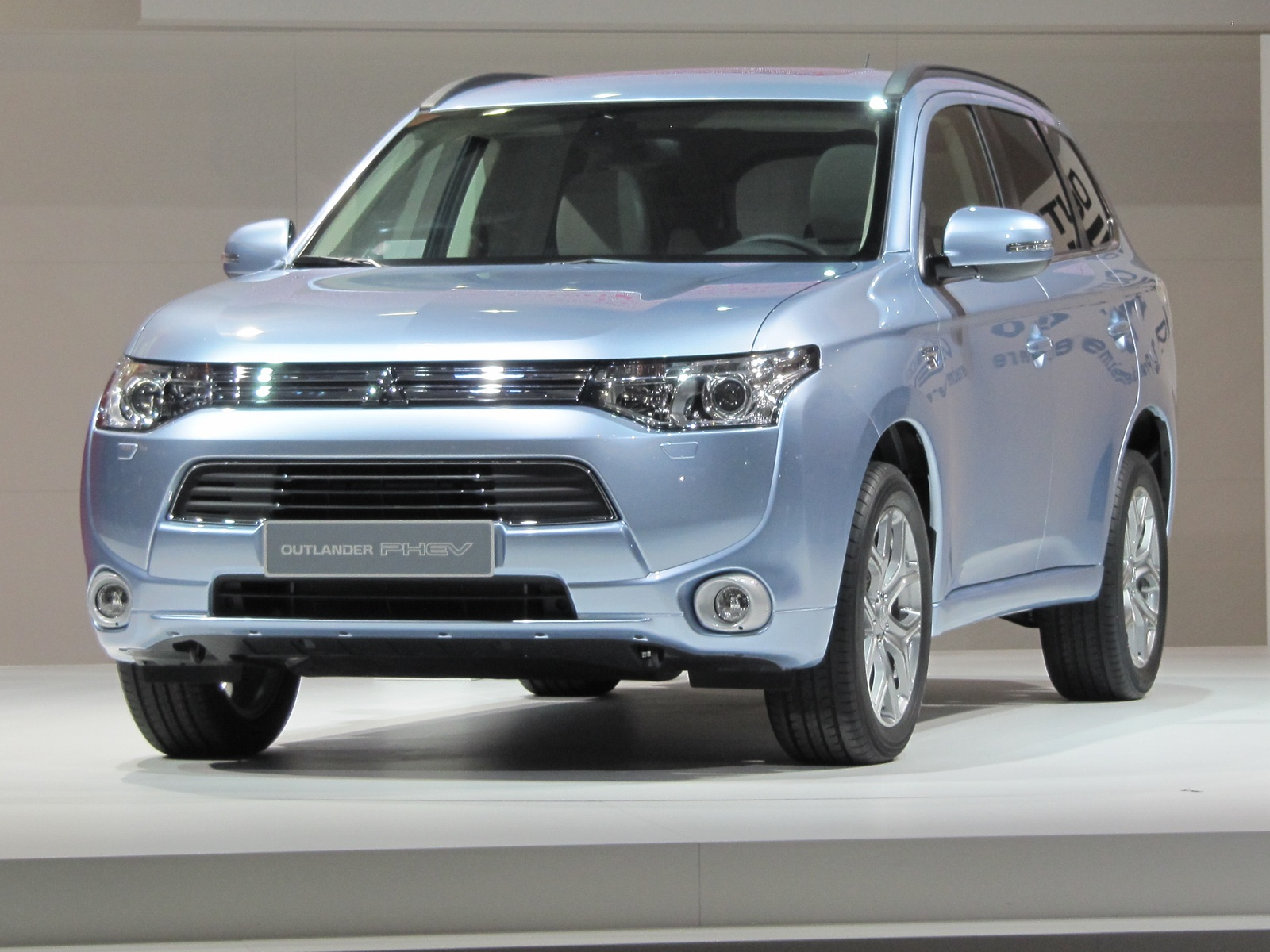 mitsubishi outlander plug in hybrid suv now delayed til. Black Bedroom Furniture Sets. Home Design Ideas