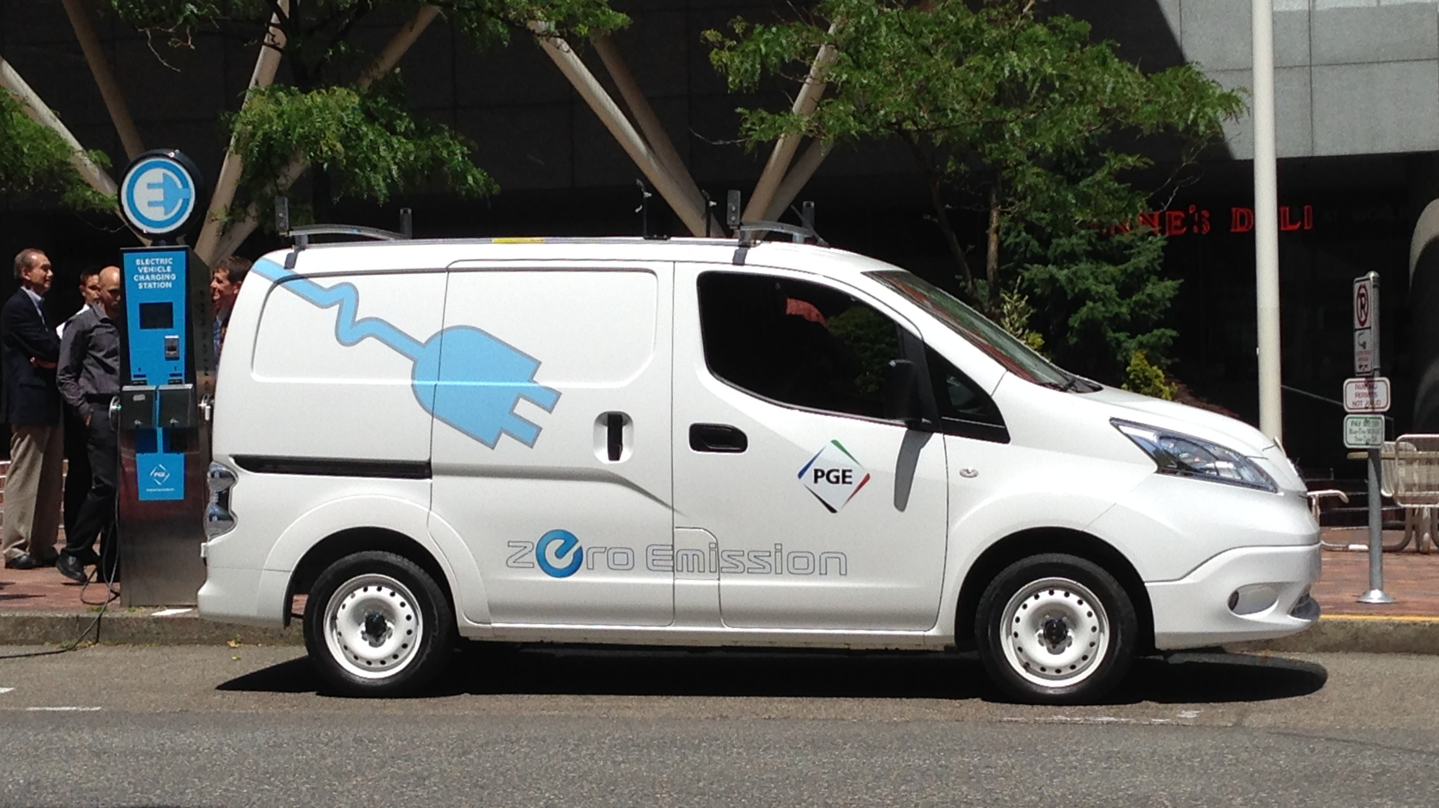 driving nissan e nv200 all electric small commercial van. Black Bedroom Furniture Sets. Home Design Ideas