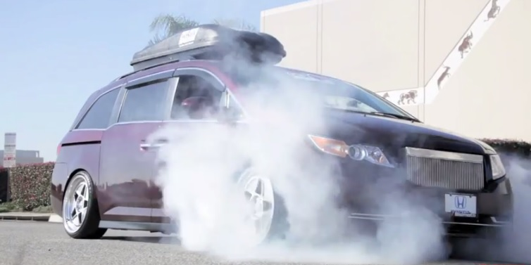Watch This 1 029 Hp Honda Odyssey Minivan Roast Its Tires