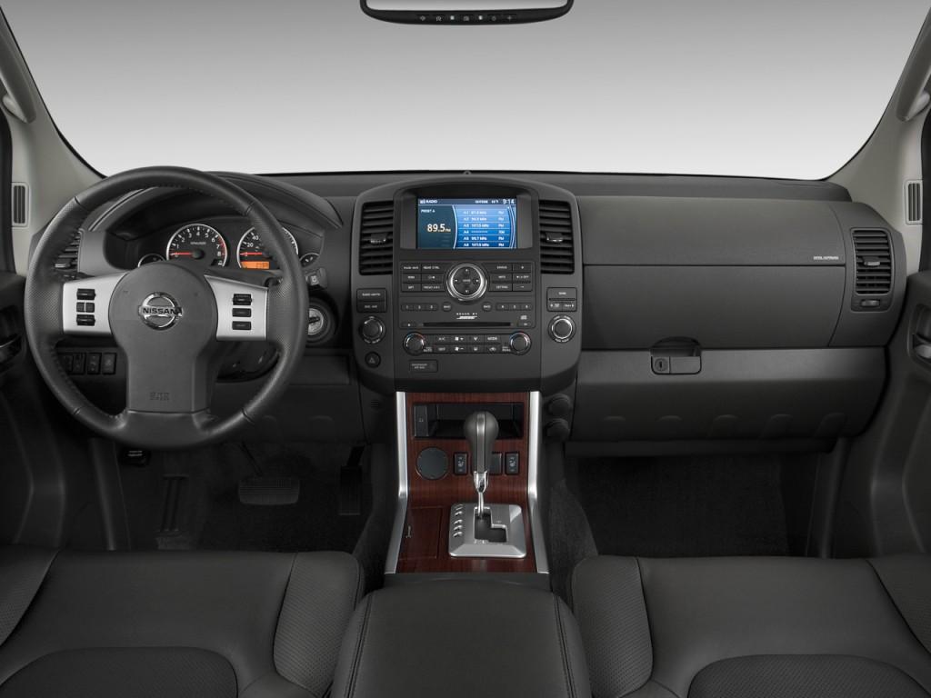 2011 Nissan Pathfinder 4WD 4-door V8 LE Dashboard