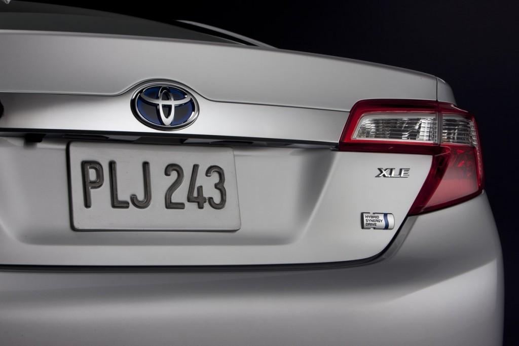 2012 Toyota Camry Hybrid: 43 MPG Beats Ford Fusion Hybrid
