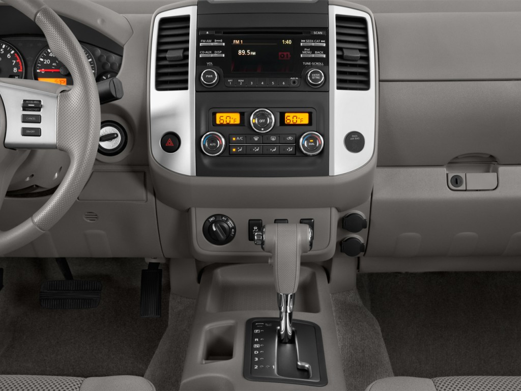 Image: 2013 Nissan Frontier 4WD Crew Cab SWB Auto SV ...