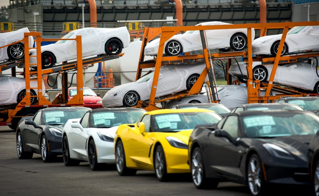 2014 Chevrolet Corvette Stingray begins shipments to dealers