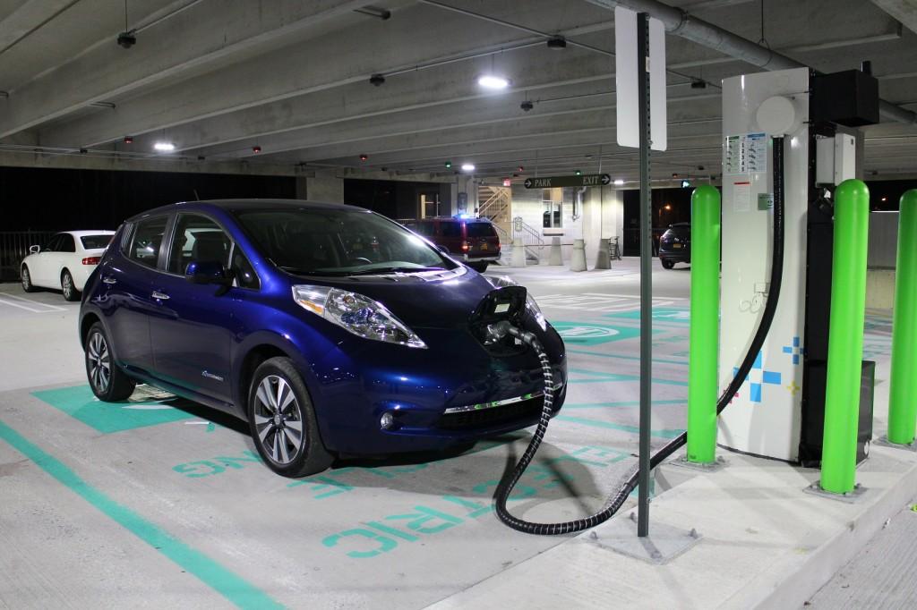 2016 Nissan Leaf SL fast-charging at NRG evGo Freedom Station, Hudson Valley, NY, Dec 2015