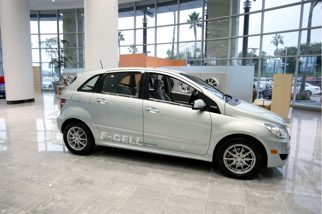 Image first mercedes benz b class f cell hydrogen fuel for Mercedes benz fuel cell