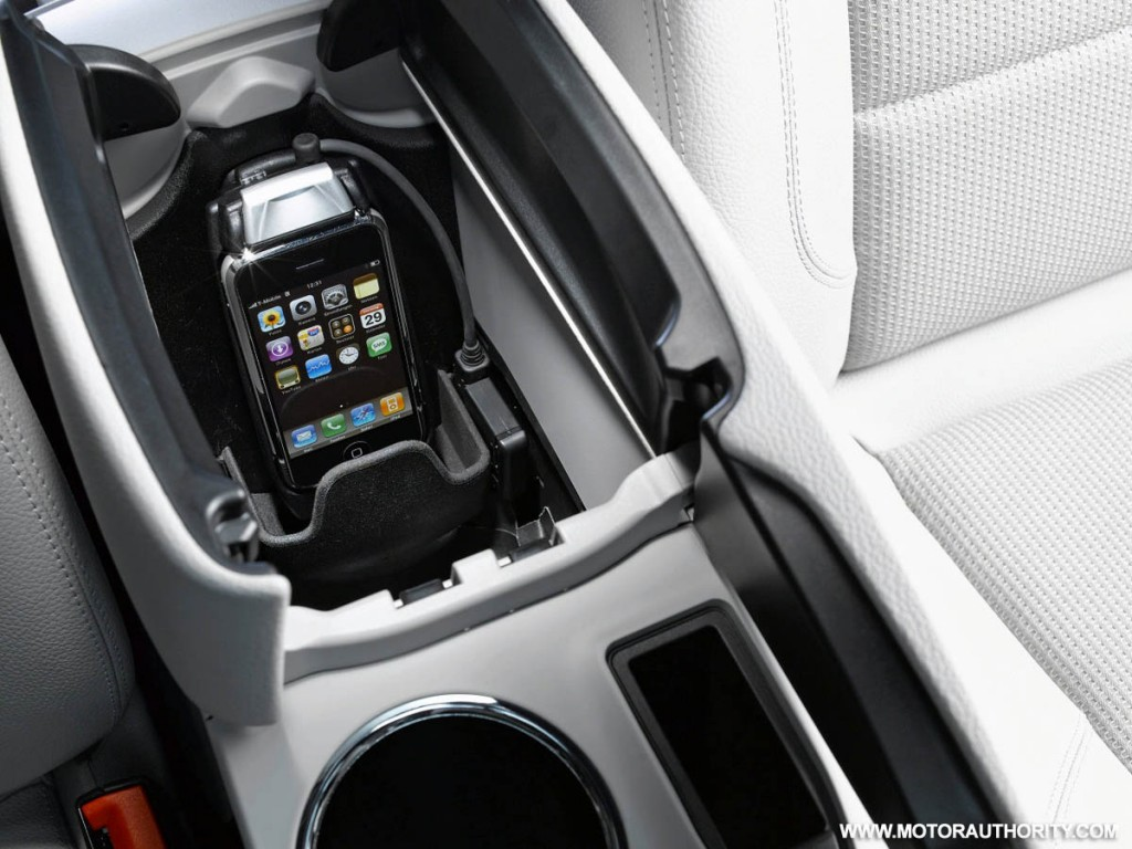 mercedes iphone cradle motorauthority 001