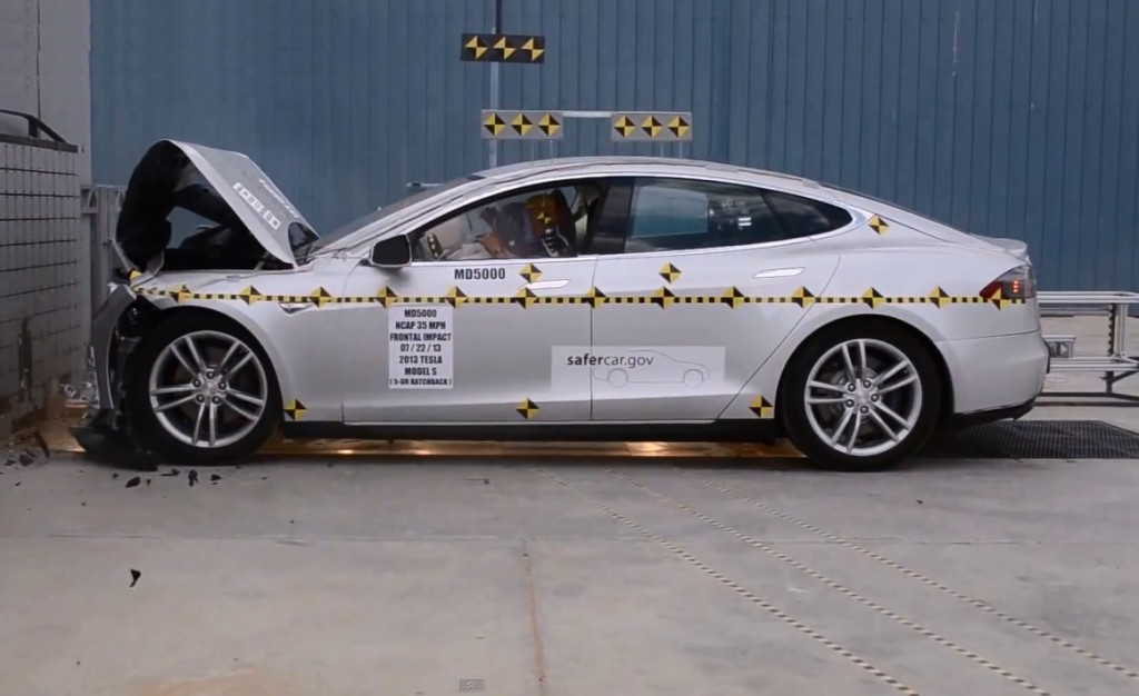 2013 Tesla Model S crash test by NHTSA (Image: crashnet1 Youtube screen grab)