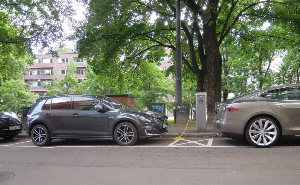 Oslo street scene: Nissan Leaf, Volkswagen e-Golf, Tesla Model S, July 2015
