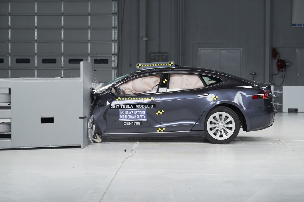 Lincoln, Mercedes, Toyota large cars receive top IIHS safety ratings