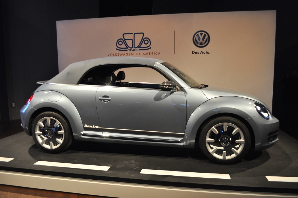 image volkswagen beetle convertible denim concept live photos 2015 new york auto show size. Black Bedroom Furniture Sets. Home Design Ideas
