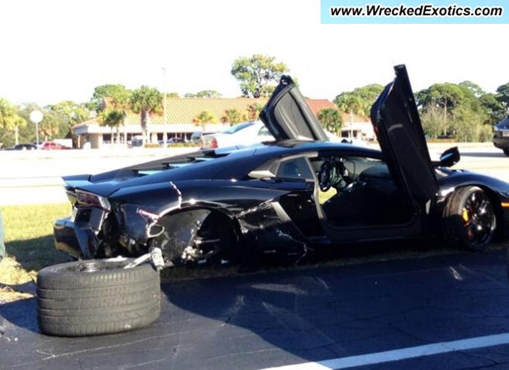 Wrecked Lamborghini Aventador LP 700-4, image via TrafficTicketForum and WreckedExotics