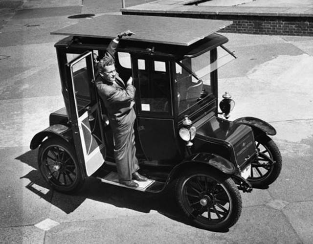 1912 Baker electric car converted to solar power (Photo by Hulton Archive/Getty Images)