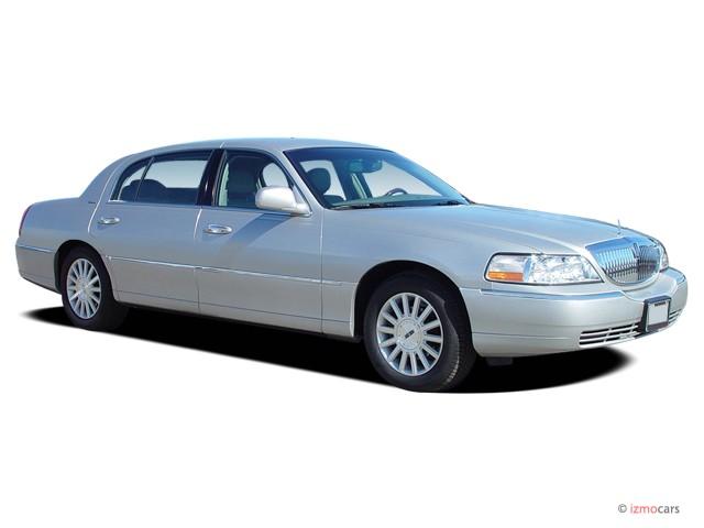 2005 Lincoln Town Car 4-door Sedan Signature L Angular Front Exterior View