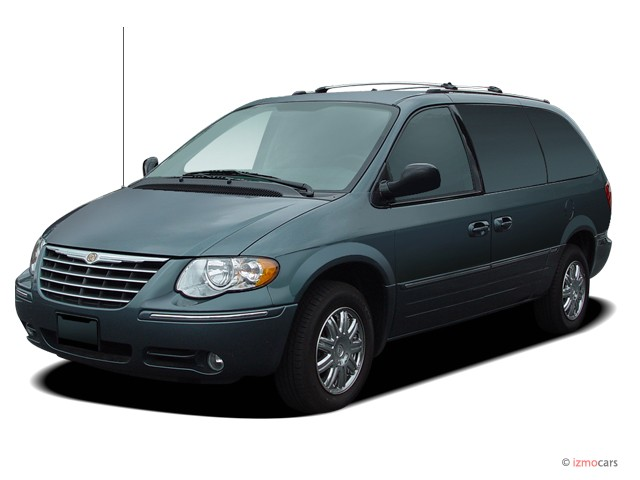 2005 Chrysler Town & Country 4-door LWB Limited FWD Angular Front Exterior View