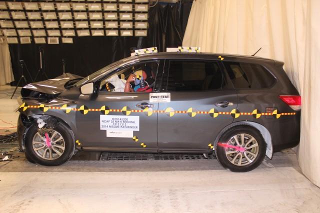 2014 Nissan Pathfinder in federal frontal (NCAP) crash test, December 2013