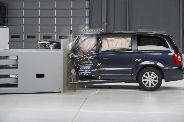 2015 Chrysler Town & Country IIHS small-overlap test