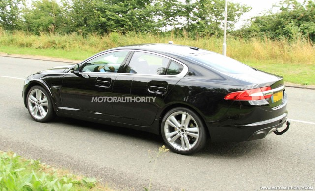 2016 Jaguar XF test mule spy shots
