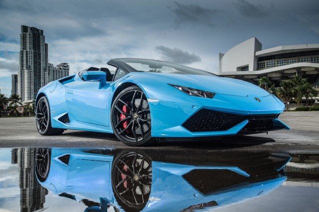 bright blue 2016 Huracán with dashing looks