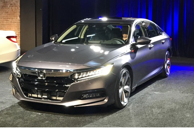 smart money is still in sedans 2018 honda accord revealed. Black Bedroom Furniture Sets. Home Design Ideas