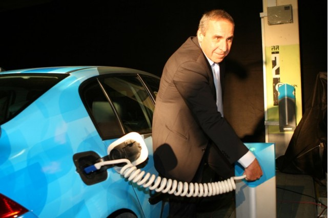 Better Place Israel CEO Moshe Kaplinsky displays the first electric parking lot in Israel.