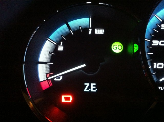 Low-battery red warning light on Better Place Renault Fluence ZE, Israel