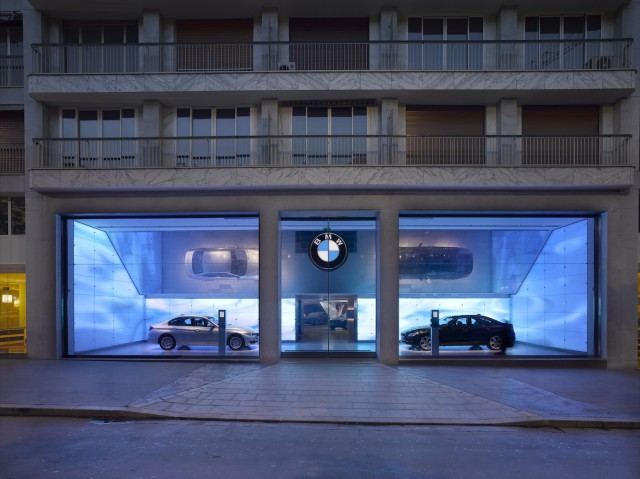 BMW's Brand Store in Paris, among the first to use BMW Genius employees - image: BMW