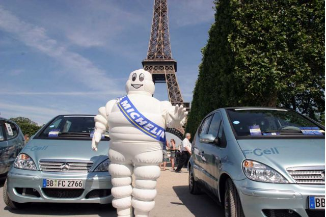 Challenge Bibendum 2006 - Michelin Man at Eiffel Tower