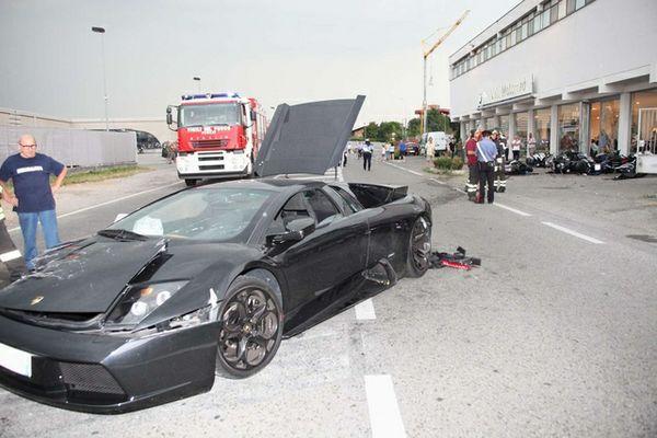 Destroyed Murcielago, in front of destroyed BMW dealership - image courtesy La Provincia