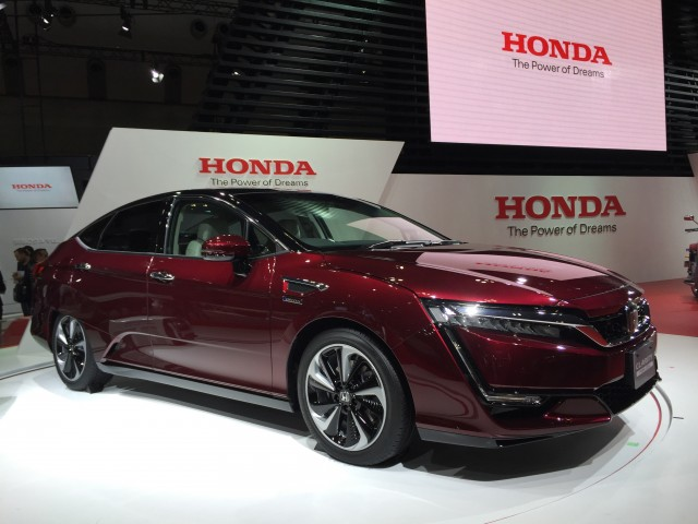 2017 honda clarity vs 2016 toyota mirai the car connection. Black Bedroom Furniture Sets. Home Design Ideas